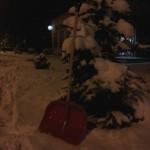 plastikowa łopata do śniegu z drewnianym trzonkiem
